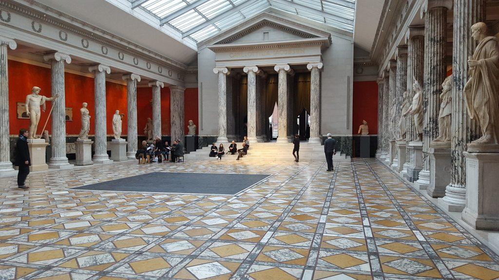 Hall principal del museo, con el coro de fondo
