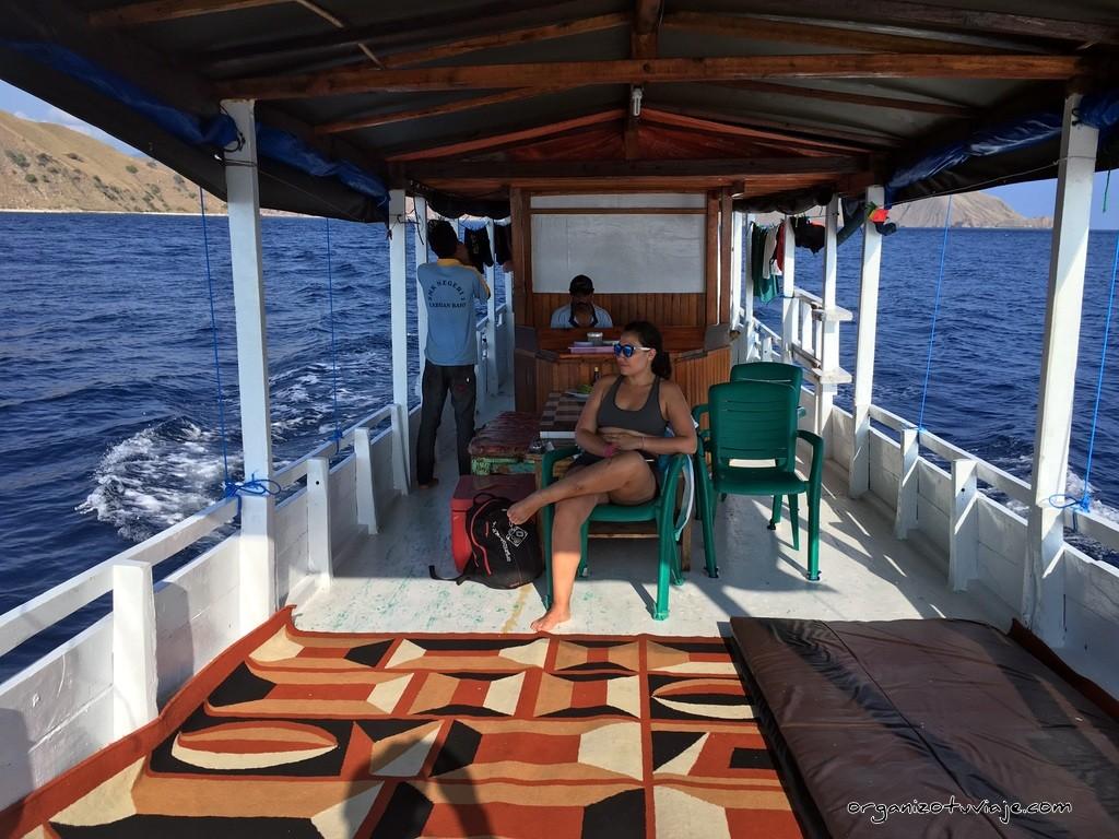 Barco por la isla de Flores en Indonesia